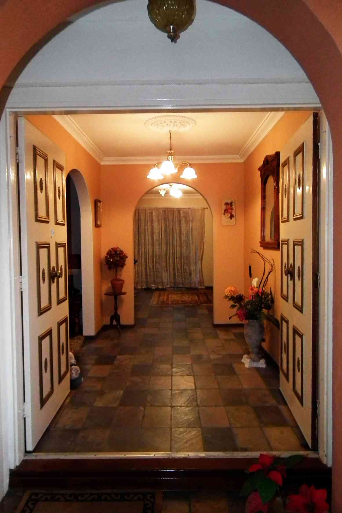 THE SPANISH LODGE (Priv. Rooms with use of Kitchen, Laundry, Pool etc)
